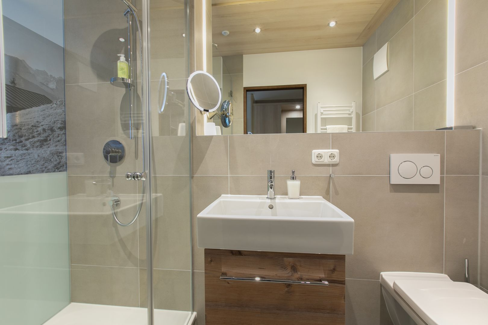 Badezimmer, neu, verglaste Dusche mit Fotodruck